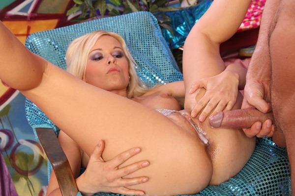 porn-xn-hot-blonde-gets-creampied